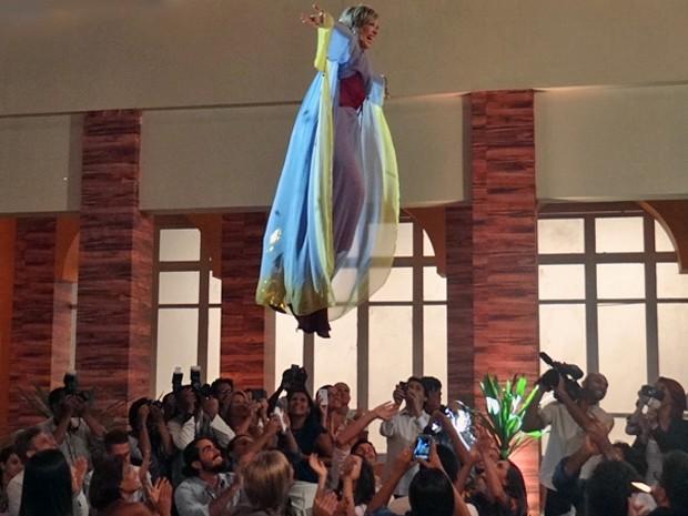 A vidente faz entrada triunfal na coletiva de imprensa do S.O.S Samantha Paranormal (Foto: Gabriela Duarte / Gshow)