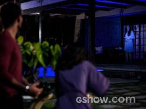 Rebeca flagra Ninho e Aline juntos  (Foto: Amor à Vida / TV Globo)