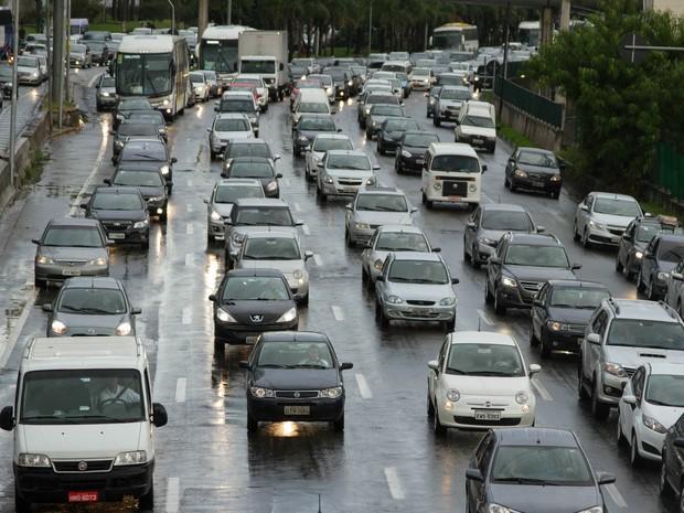 Trânsito intenso na Marginal PInheiros sentido Castelo Branco, na cidade de São Paulo (SP), nessa sexta-feira (19) (Foto: Kevin David/Futura Press/Estadão Conteúdo)