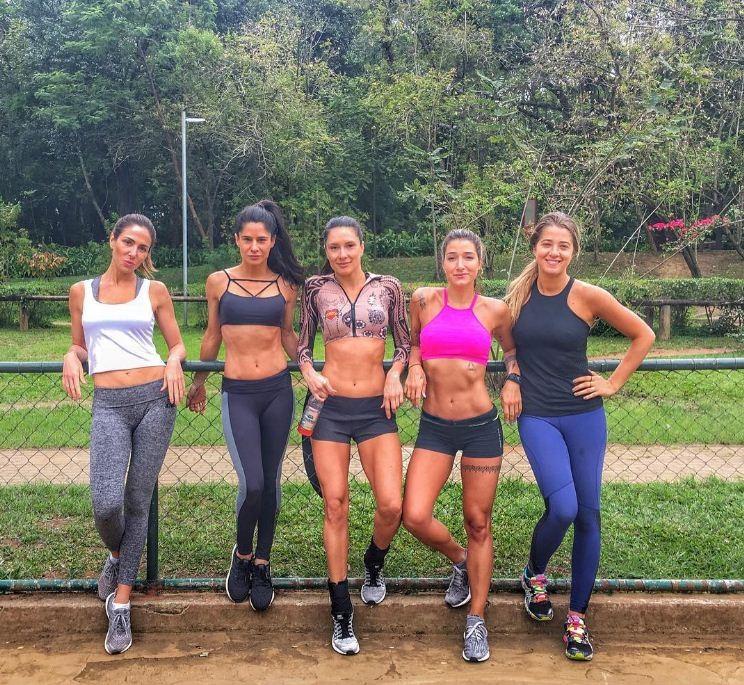 Gabriela Pugliesi mostra treino de Mahamudra entre amigas  (Foto: Reprodução/Instagram)