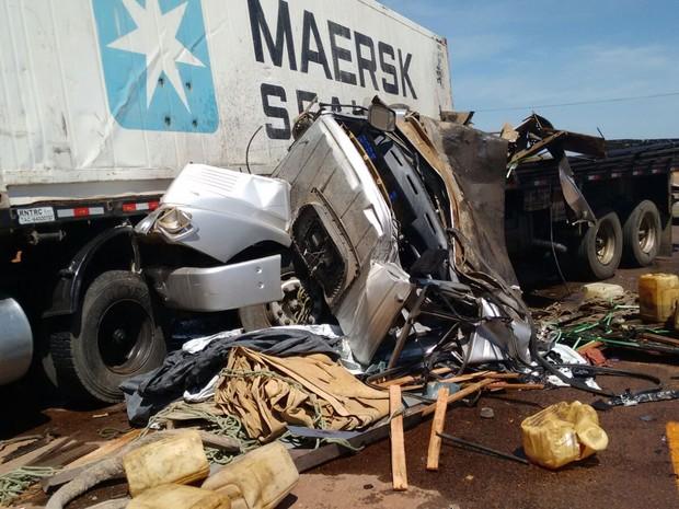 Carreta e caminhão colidiram na BR-304, próximo a cidade de Mossoró (Foto: Francileno Góis)