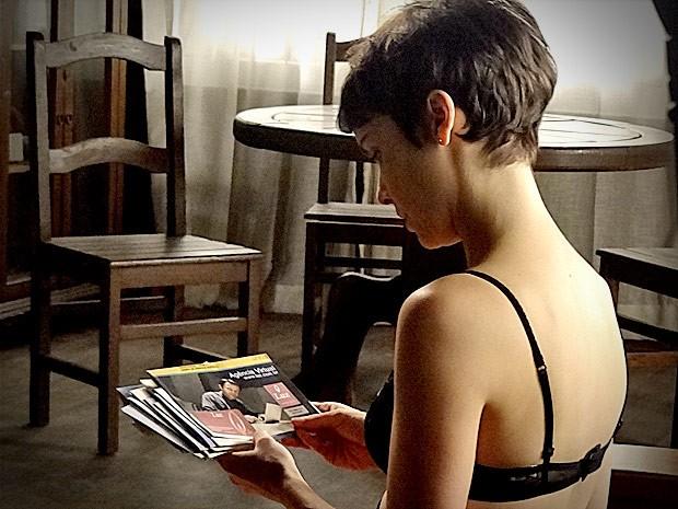 ...até que encontra uma conta de luz em nome de Carmem Lucia (Foto: Avenida Brasil / TV Globo)