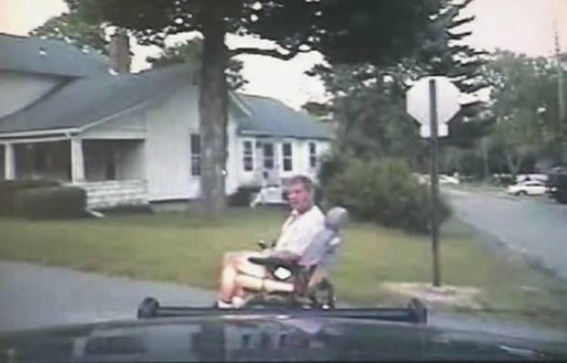 Raymound Kulma foi pego dirigindo cadeira de rodas motorizada roubada. (Foto: Reprodução)