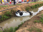 Camaro cai em valeta com rodas para cima e motorista fica preso em MT