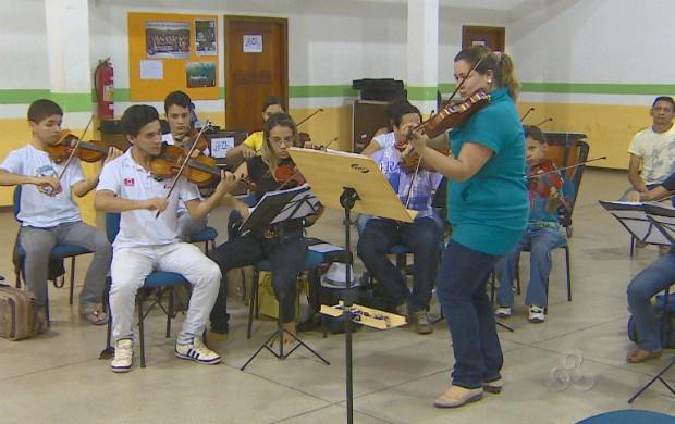 Musicista internacional passando seus conhecimentos aos adolescentes da orquestra (Foto: Reprodução/TV Amapá)