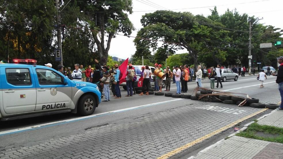 Manifestantes ocupam rua em Volta Redonda (Foto: Renan Tolentino/TV Rio Sul)