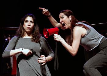Cris Pompeo e Ana Velloso, que assina a dramaturgia da peça (Foto: Guga Melgar)