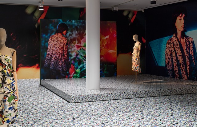 A rare burst of colour from Jil Sander, featuring her collaboration with Italian conceptual artist Alighiero e Betti, which was inspired by Afghan embroidery (Foto: MUSEUM ANGEWANDTE KUNST PAUL WARCHOL)