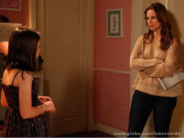 Paloma não gosta nada de achar tablet no quarto da filha (Foto: Amor à Vida/TV Globo)