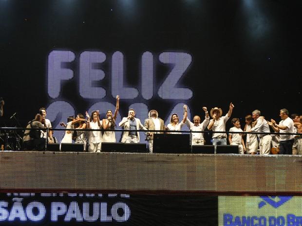 Artistas que se apresentam na Paulista se reúnem no palco para celebrar o momento da Virada  (Foto: Vagner Campos/G1)