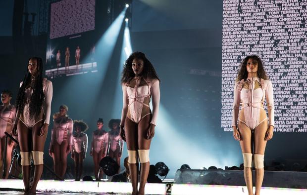 Bailarinas de Beyoncé durante show de sua Formation World Tour nesta quinta-feira, 7, em Glasgow, na Escócia (Foto: Reprodução/beyonce.com)