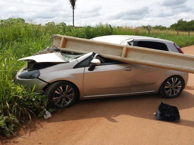 Mulher perdeu o controle do carro e atingiu poste.  (Foto: William Ferreira da Silva/ Divulgação)