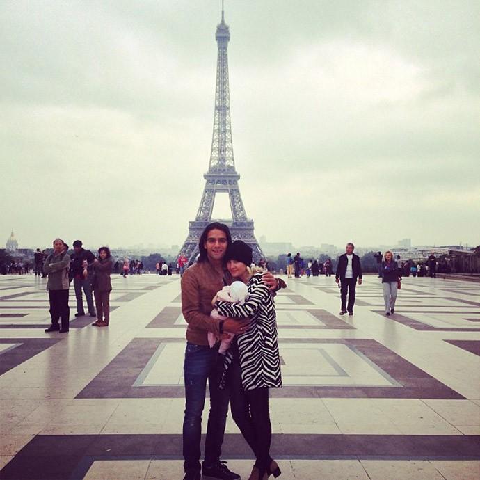 Falcao garcia com a filha Dominique e a esposa em Paris (Foto: Reprodução)
