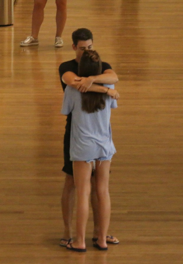 Cauã Reymond aos beijos com a namorada no shopping Village Mall na Barra da Tijuca (Foto: Agnews)