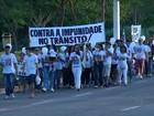 Parentes e amigos de vítimas fazem caminhada pedindo paz no trânsito