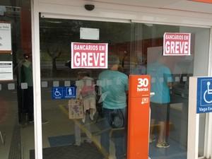 Greve dos bancários em Macaé (Foto: Júnior Costa/G1)