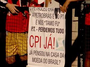 Cartaz de protesto pede CPI da Petrobras durante visita de Dilma em Belo Horizonte (Foto: Reprodução/TV Globo)