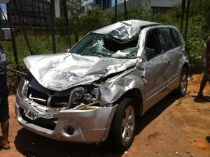 Carro atingido por veículo desgovernado na BR-101, em Natal (Foto: Igor Jácome/G1)