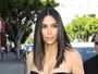 Kim Kardashian usa look tomara que caia e chama atenção por boa forma