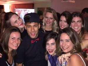 Neymar fotografa com convidadas na festa de Marina Ruy Barbosa e Luma Costa (Foto: reprodução/instagram)