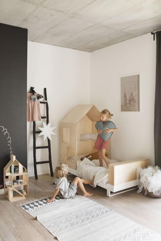 Décor do dia: quarto lúdico com paleta neutra e cama de casinha (Foto: Divulgação)