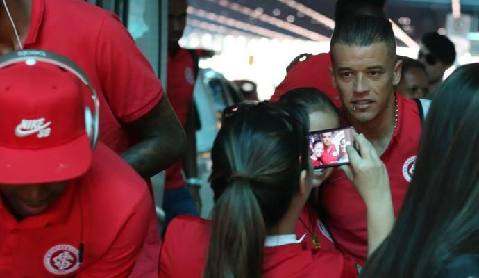 D'Alessandro é assediado por fãs no embarqe colorado (Foto: Diego Guichard/GloboEsporte.com)