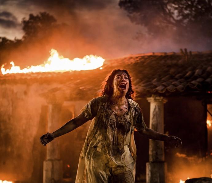 Eulália se desespera ao ver tudo pegando fogo (Foto: Caiuá Franco/ Globo)