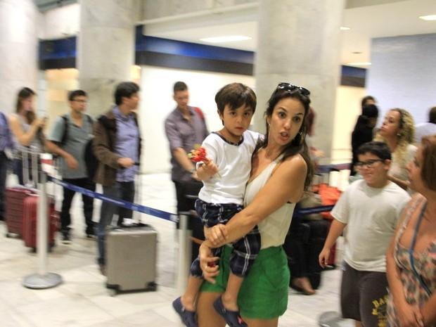 Ivete Sangalo e o filho, Marcelo, em aeroporto no Rio (Foto: Delson Silva/ Ag. News)