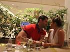 Depois de trocarem beijos, ex-BBBs Marcelo e Natalia jantam juntos