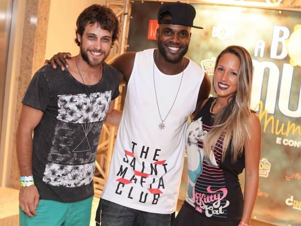 Ronny Kriwat e Rafael Zulu e a namorada, Erys Martins, em show na Zona Sul do Rio (Foto: Ari Kaye/ Divulgação)
