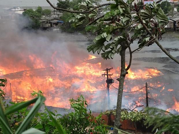 Incêndio atinge barracos em comunidade na Zona Noroeste de Santos (Foto: Andre Souza/Arquivo Pessoal)