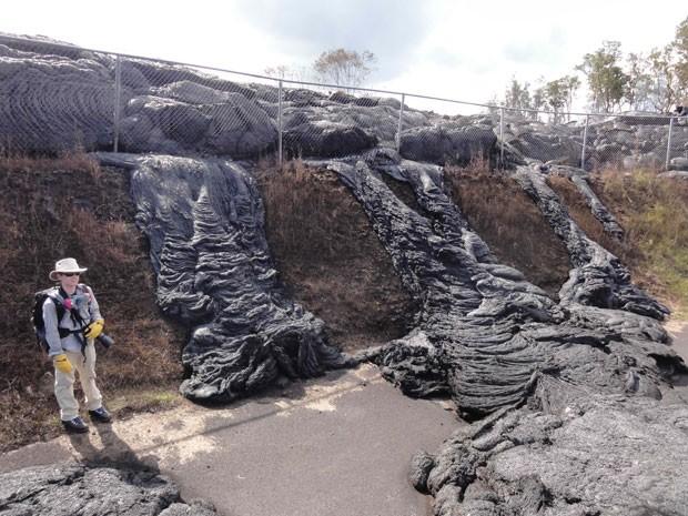 Lava avança sobre casas de Pahoa, no Havaí (Foto: U.S. Geological Survey/AP)