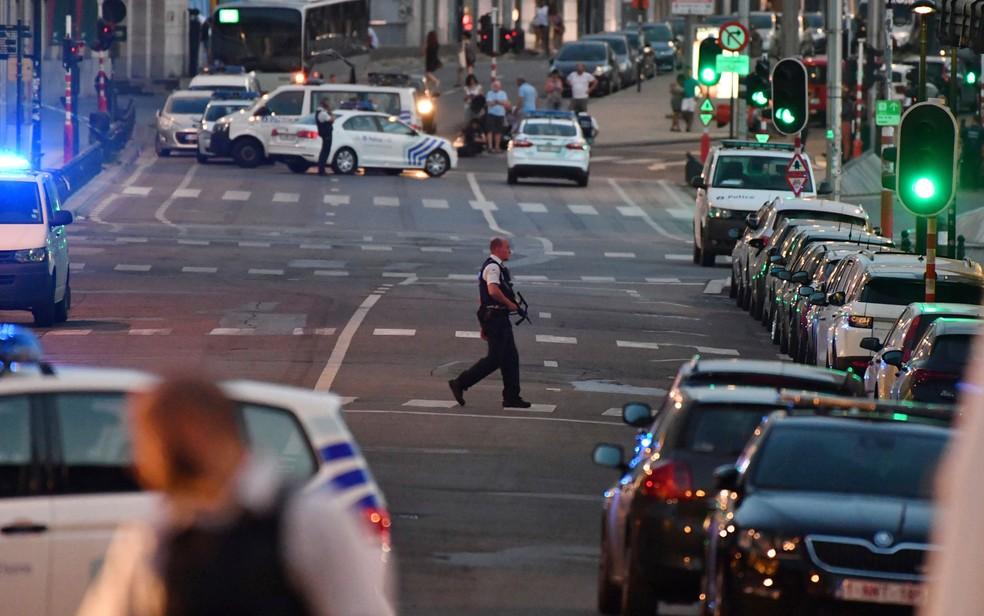 Viaturas policiais são vistas na região da Estação Central de Bruxelas, na terça (20) (Foto: AP Photo/Geert Vanden Wijngaert)