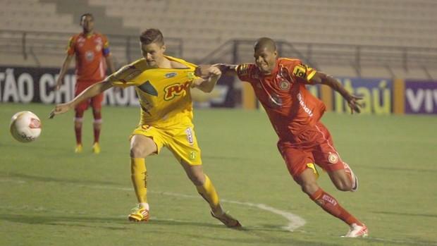 Tiago Marques, do Atlético Sorocaba, contra o Mirassol (Foto: Assis Cavalcante / Agência Bom Dia)
