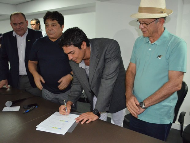 Kaio Márcio assina ficha de filiação ao PEN (Foto: Jhonathan Oliveira/G1)