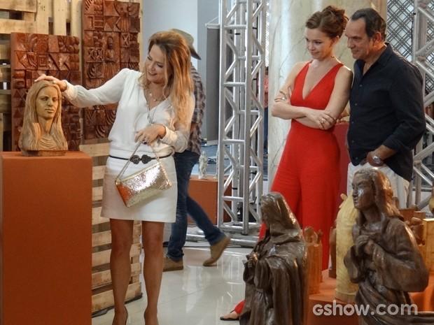Shirley nã perde a chance de provocar e quer comprar a escultura de Helena (Foto: Em Família/TV Globo)