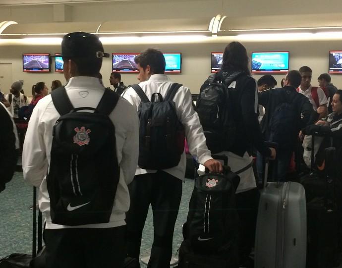 Atletas do Corinthians no aeroporto de Orlando (Foto: Diego Ribeiro)
