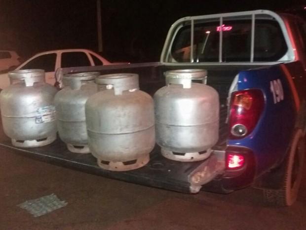 Suspeitos também furtaram quatro botijões de gás (Foto: PM/Divulgação)
