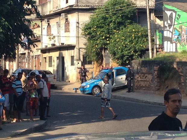 Criminoso morto na venida Brasil (Foto: Priscilla Souza/G1)