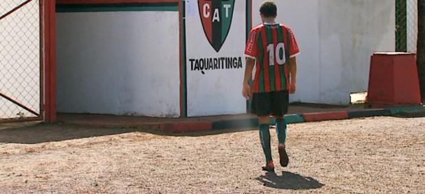 Cabisbaixo, Guilherme deixa o gramado do Taquarão (Foto: Reprodução / EPTV)
