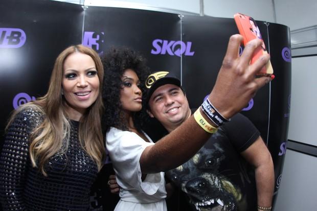 Solange Almeida, Erika Januzza e Xand nos bastidores de show em Goiânia (Foto: Divulgação)