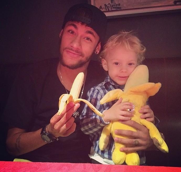 Neymar e filho com banana contra racismo