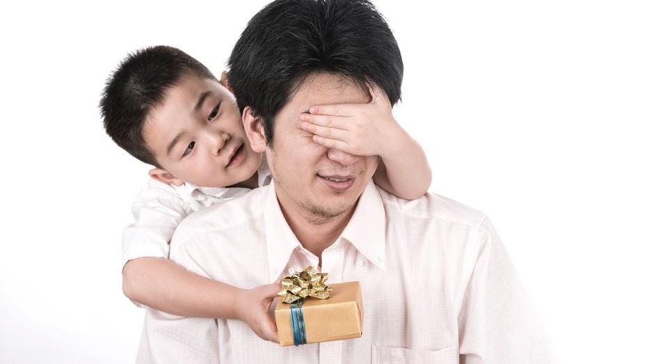 pai filho presente dia dos pais surpresa consumo vendas  (Foto: shutterstock)