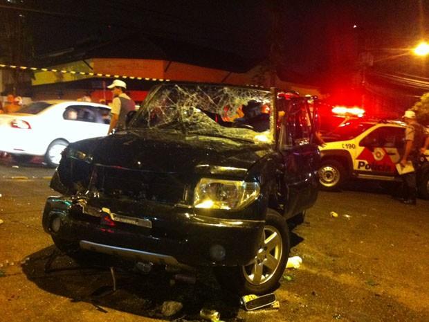 Carro ficou destruído após atropelar foliões (Foto: Fabiana de Carvalho/G1)