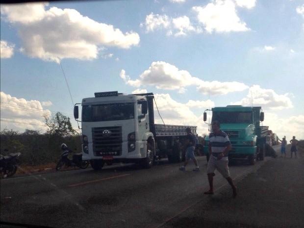 Caminhoneiros bloqueiam trecho da BR-222 em protesto no Ceará (Foto: Polícia Rodoviária Federal/ Divulgação)