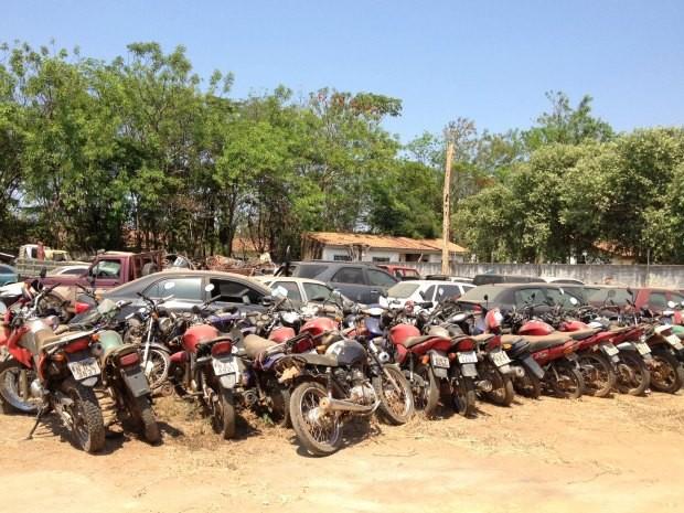No pátio da 2ª delegacia há veículos que foram recuperados após terem sido roubados ou furtados (Foto: Eliete Marques/G1)