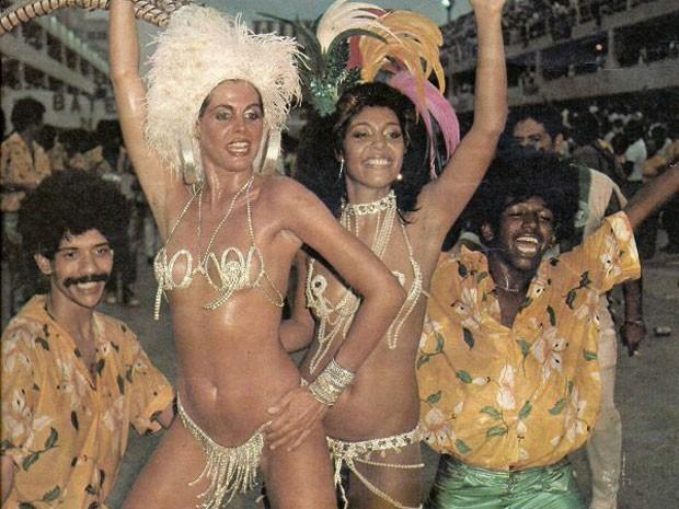 Monique ao lado de Adele Fátima no desfile da Mocidade Independente, em 1984 (Foto: Arquivo Pessoal)