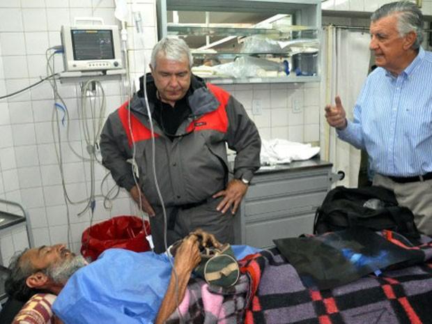 Imagem divulgada neste domingo mostra o uruguaio Raul Gomez Cincunegui (deitado) conversando com outras pessoas após ser resgatado (Foto: Ho/Prensa Gobernacion/AFP)