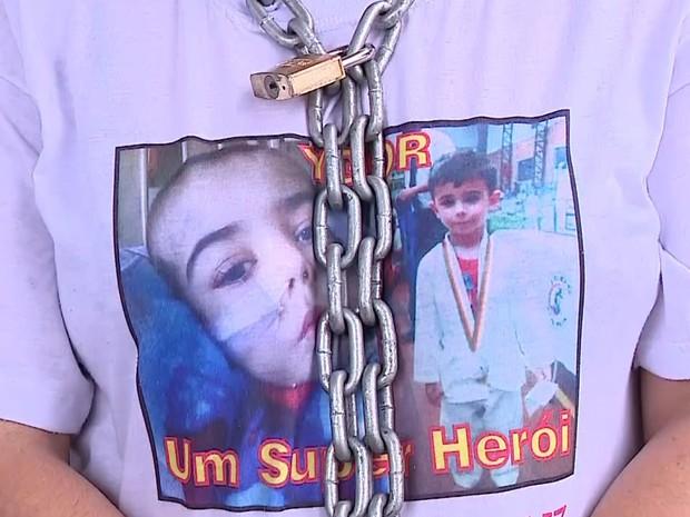 Mãe se acorrentou em frente ao Fórum de São Leopoldo (RS) (Foto: Reprodução/RBS TV)