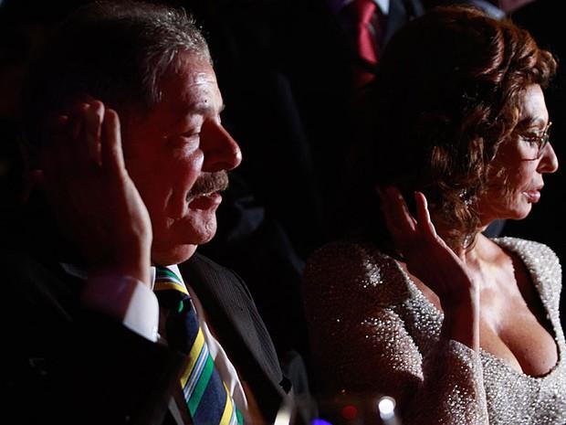 O ex-presidente Luiz Inácio Lula da Silva e a famosa atriz Sophia Loren dividem as atenções durante o lançamento do Calendário Pirelli 2013 no Rio de Janeiro, na noite de terça-feira (27). (Foto: Pedro Kirilos/Agência O Globo)